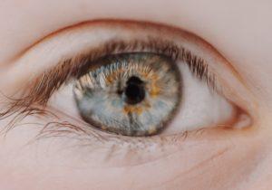 Czy warto nosić soczewki kontaktowe?